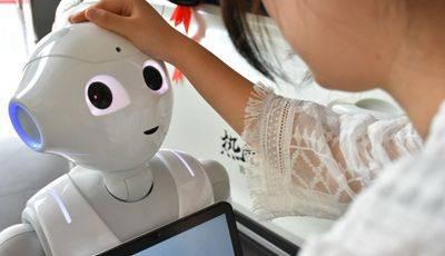 这机器人什么来头?连小姐姐都因TA失宠