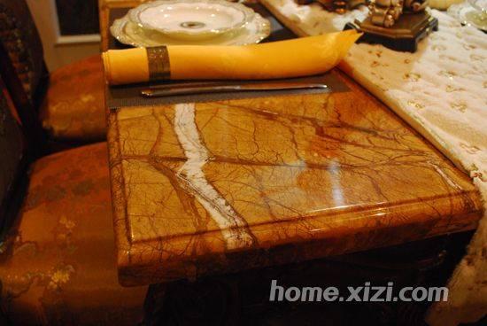 橡木搭配,很有视觉冲击力,给人安静沉着的感觉,特有的做旧处理面板有