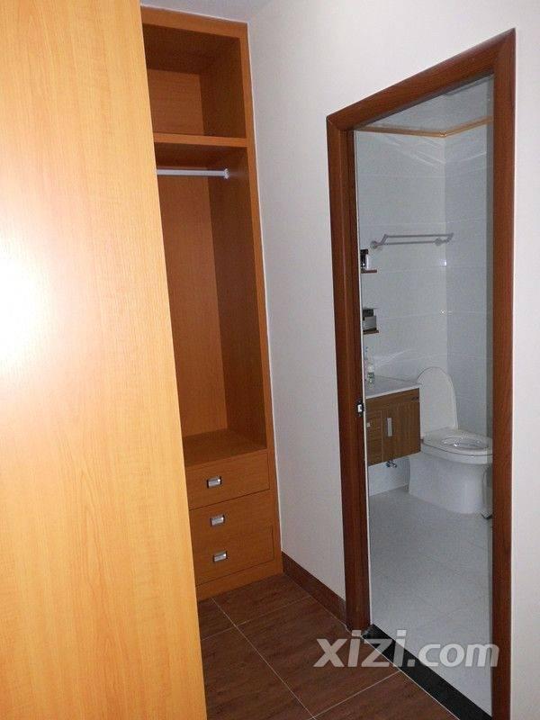 洗手间房门的颜色,组合柜的颜色.都是这个颜色,看起来是不是高清图片